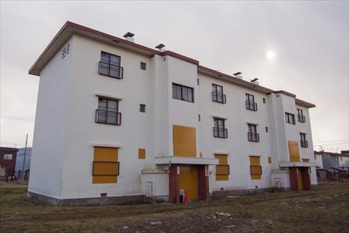 新栄団地三階建て住宅表側