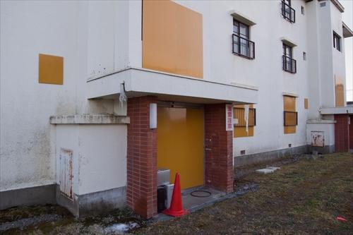 新栄団地三階建て住宅・出入口部分