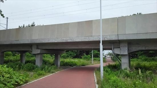 函館本線・高架橋と遊歩道