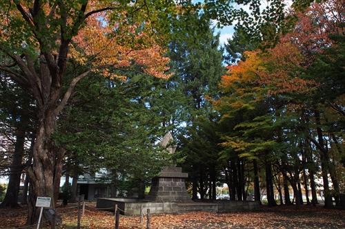 開村記念碑と紅葉