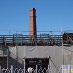 レンガ積みの煙突と屋根の骨組み