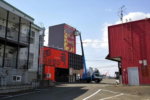 スーリヤSURYA江別野幌店、裏側と駐車場