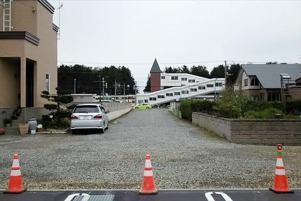 ロイズ上江別店駐車場からJR高砂駅を見る