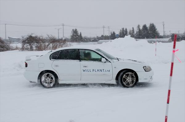 雪道ドリフトコースを走る車2