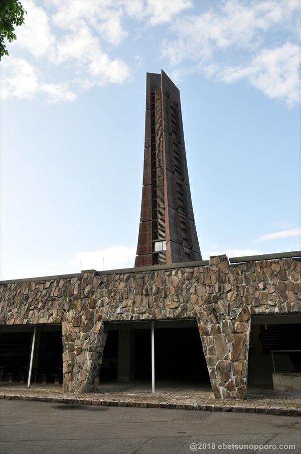 地下から見た百年記念塔