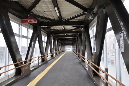 跨線人道橋内部