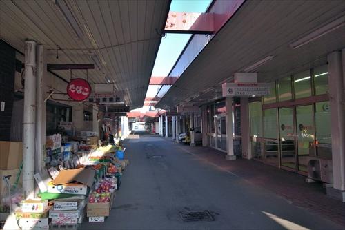 アーケード内の商店街店舗