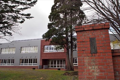 校門と新校舎