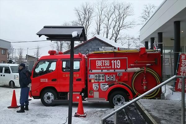 どんど焼きで待機する消防車