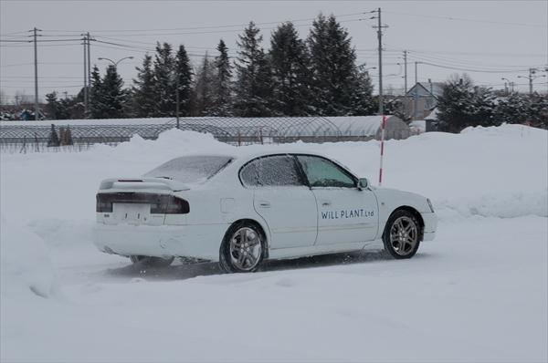 雪道ドリフトコースを走る車