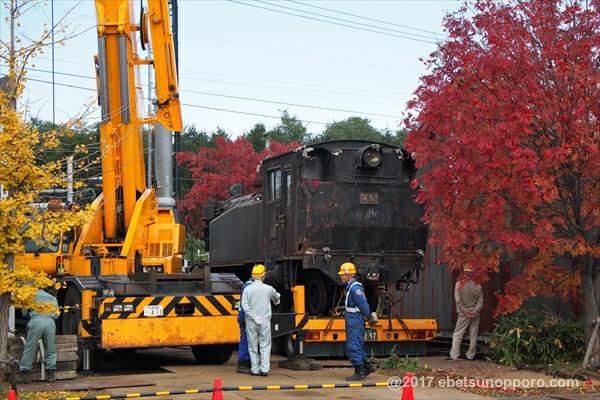 トレーラー上の蒸気機関車