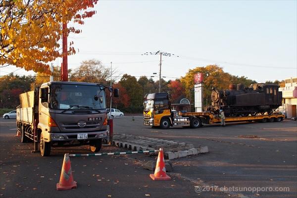 保存車両と撤去作業中のトラック