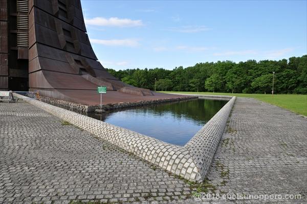 百年記念塔を囲む池