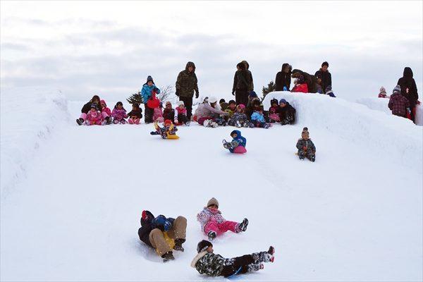 巨大滑り台で遊ぶ子どもたち