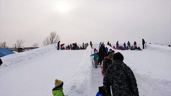 雪の巨大滑り台・階段
