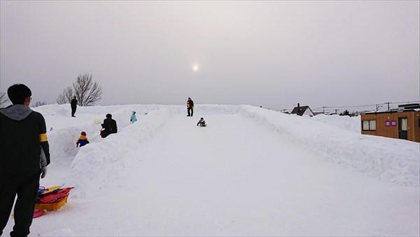 雪の巨大すべり台