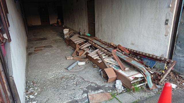 1階通路と看板