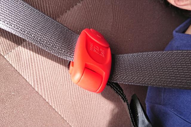 シートベルトにクリップを挟んだ状態
