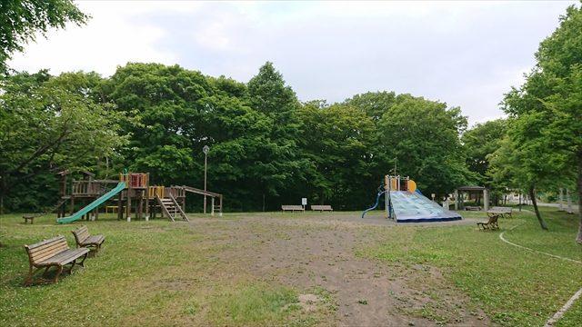 遊戯施設がある広場