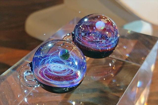 赤色の宇宙ガラス