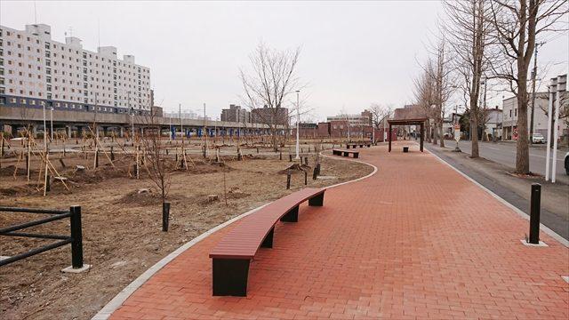 鉄西線沿い歩道ベンチ