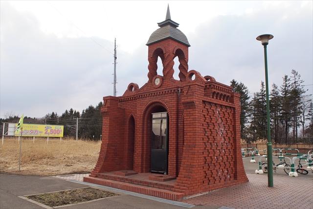 レンガ造りの電話ボックス