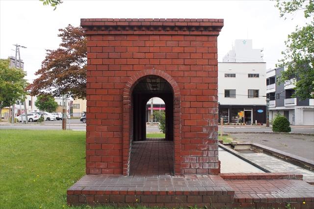 江別駅前噴水側面2