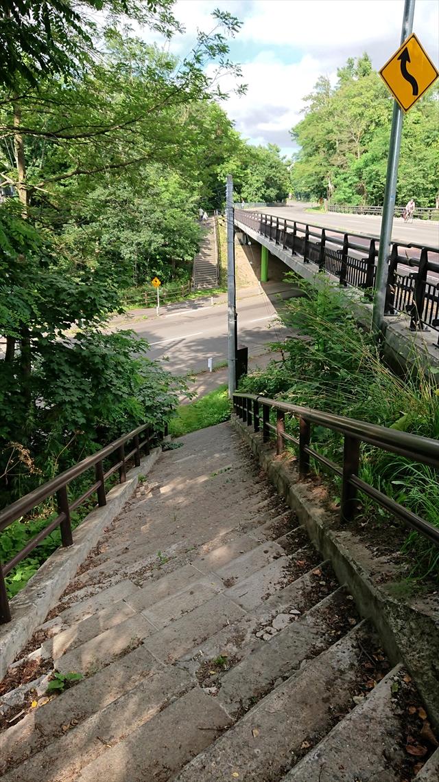 階段とアンダーパス
