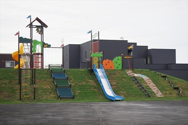 滑り台と複合遊具